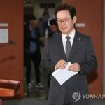 """한국당 이재명 사퇴, 정면 돌파하며 '책상 자리 물리자'는 듯, """"상상이 지나치다"""""""