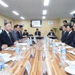 홍남기 부총리 부평서 새해 첫 기업 방문 '와이지-원'서 '소통라운드 테이블' 열어