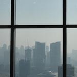 먼지에 휩싸인 국제도시