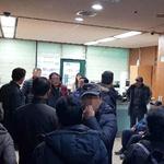 """""""떨어진 감정평가액 업체 선정 구가 책임"""" 주민들 청장실 점거"""