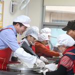 최대호 안양시장, 노인종합복지관에서 배식 봉사 활동