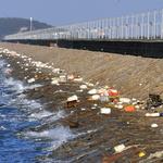 쓰레기 밀어내는 바다