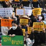 용인지역 학부모들, 유치원 개학 연기에 피켓 들고 규탄