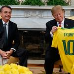 펠레 등 번호인 '10번' 유니폼 선물받고 흐뭇해하는 트럼프