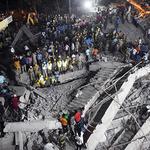 인도 건물붕괴 사고 현장…최소 2명 사망, 수십명 잔해에 갇혀