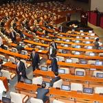 퇴장하는 자유한국당 의원들