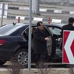 차에서 내리는 김창선 북한 국무위원회 부장