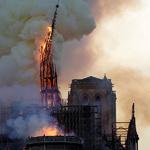 불길에 붕괴되는 노트르담 대성당 첨탑