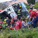 포르투갈 마데이라섬 관광버스 추락사고 부상자 구조작업