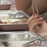 학생 1100명에 좌석 360개… 급식 먹다가 급체