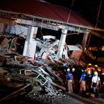 '필리핀 강진' 건물 붕괴 현장의 구조작업