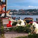 헝가리 다뉴브강 , 애타는 마음에 인근에는 꽃과 촛불이 , 부표 설치해