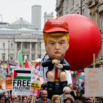 런던에 등장한 '황금 변기에 앉은 트럼프 인형'