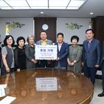 구리전통시장 상인회봉사단,'구리시 유채꽃 축제' 수익금 시에 전달