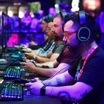 美세계 최대 게임쇼 'E3'서 게임 즐기는 팬들