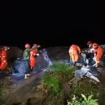지진으로 건물 밖으로 대피한 中 쓰촨성 주민들