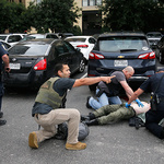 댈러스 총격전서 쓰러진 범인 돌보는 연방요원들