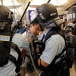 홍콩 국제공항 점거 시위자 연행하는 경찰